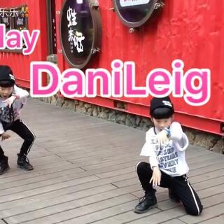 #双胎姐妹欢欢乐乐#(七岁)#美拍dancecover大赛##舞蹈#,歌超好听,歌名《play -DaniLeigh》编舞:helloDance。导师:@甜甜SWeeTs💞 ,又到周末了祝开心愉快❤❤❤❤