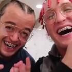 我和我的侏儒室友做了新发型,再配上我们的大金牙,太拉风了~#热门##搞笑##侏儒#