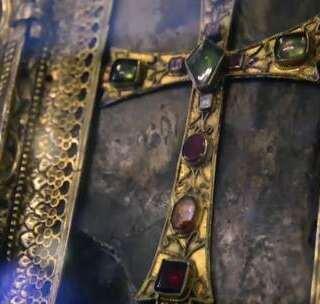 【神圣的诺亚方舟碎片】曾经拯救世界的诺亚方舟搁浅在了阿勒山上,雷探长一路颠簸坎坷来到土耳其境内。很多人不远万里来到此处,虔诚点上烛光,他们相信这是离上帝最近的地方。在这里,雷探长亲眼见到了黄金珠宝装饰、教皇加持过的神圣的诺亚方舟碎片!#我要上热门##旅行##探险#