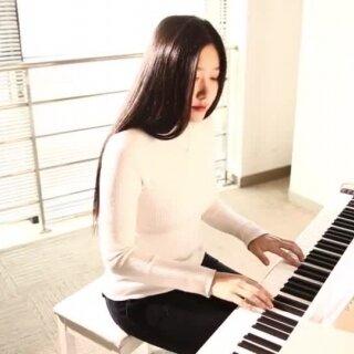 「钢琴」《交响情人梦》治愈系片尾曲《こんなに近くで》这是一部古典音乐的搞笑动漫!爱音乐的你不容错过!我弹得这首曲子是治愈系温暖的片尾曲《こんなに近くで》译作 如此贴近,钢琴谱链接:http://www.tan8.com/yuepu-19851.html @美拍小助手#交响情人梦##二次元钢琴曲##动漫音乐#