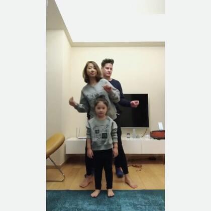 昨晚陪mo跳舞,我跟mo爸这僵硬的老胳膊老腿真的太不协调了,mo倒是挺开心我们跟她一起疯的😂#mo跳舞#