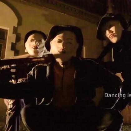 """大程子的新编舞""""中二病""""来咯! @Banksy张 张老师每次的舞蹈视频都非常用心 ! 从舞蹈,服装,道具每一样都不含糊! 毕竟背景像晓一样硬么!😜这波中二病你们喜欢么? #舞蹈##嘉禾舞社#"""