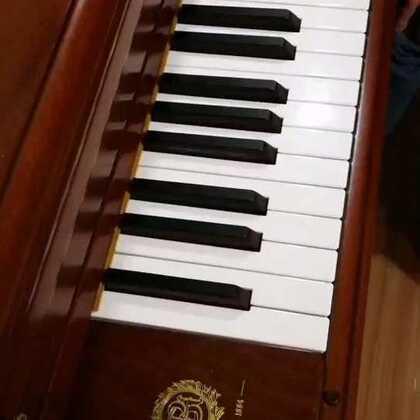 天爱爸爸演奏德彪西《水中倒影》。此曲是德彪西《意象集》中的一首,具有典型的印象主义风格,是他的代表作之一,有明显的德彪西式的和声语言!我的手机内存不多了,录视频会卡,而且会有点儿不同步,没办法了!#音乐##钢琴##热门#@美拍小助手