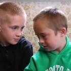 【感人系列】哥哥不嫌弃患有唐氏综合症的弟弟,只想以温柔待他,用心呵护他。。弟弟,上天虽然没有赋予你健康的身躯,但是你得到了一个爱你的哥哥......💘 Ps:被哥哥宠溺的眼神感动到了!!😭 #外国视频精选#