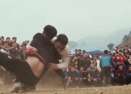 实拍彝族新年习俗,杀年猪跳舞热闹非凡,摔跤更是重头戏男人的象征#二更视频##奇闻趣事##我要上热门#
