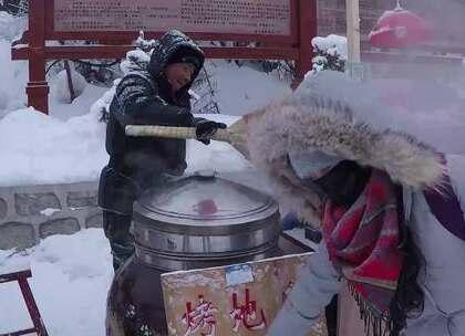 #美食##吃秀# 来到雪乡,10块钱买了一个这样的烤地瓜,第一次见这这样烤的 👍