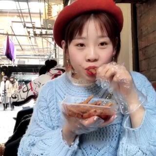 #吃秀##日常#在上海 走走 停停 吃吃 逛逛 行程路线尽量都放在视频里了 总体而言 我们去的这条街大壶春和南翔馒头店味道还不错但没有游记里形容的那么厉害 田子坊路边的鸡爪子挺好吃 简单的旅行日记 共享时光🌈