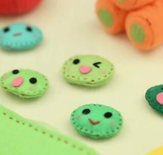 宝宝能猜出豌豆荚鼓鼓的肚子里藏着什么秘密吗?宝妈们快来学做一套豌豆五兄弟,是给宝宝讲故事的好帮手哦!#宝宝##我要上热门##手工# @美拍小助手 贝贝粒,让育儿充满欢笑。