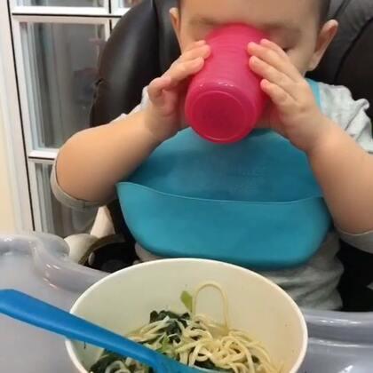 晚上到家后感觉好累呀 收拾完行李后是一动也不想动了 姥姥做的菠菜面条 这个好消化 Ethan吃的特别香 刚拍一点 小姨来视频聊天 所以就这么一段😜#吃货##热门##吃秀##Ethan39个月#
