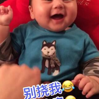 一个怕痒痒的#宝宝#😂妈妈手下留情啊~~#搞笑宝宝##威廉宝宝三个月#