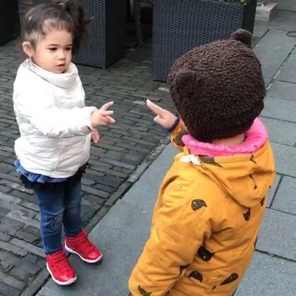 随便找新朋友在外面玩石头剪刀布😊孩子的世界太美#寶寶#
