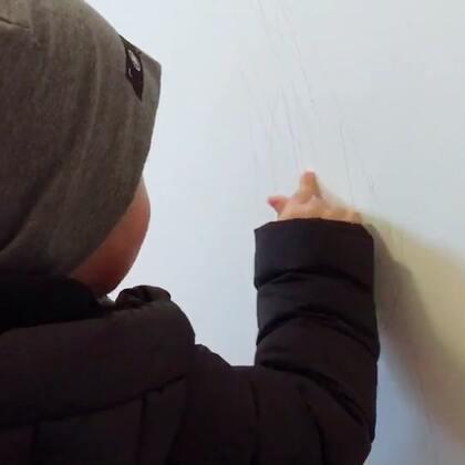 墙上画的乱七八糟还赖他爸爸21m12d#宝宝#