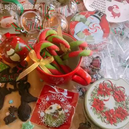 """圣诞节就快到了🎄做了转印麋鹿巧克力拐杖花环曲奇和水果冻🍎下次想送全套圣诞铁盒和套巧克力转印纸用它可以很简单做图案巧克力送人,蛋糕店经常会用这种转印纸做巧克力牌🍫吃到个葱油饼形状是有点像翔😂发现""""哈哈""""打轻呼噜都是半睁着眼睛#面包餐桌##日志##吃秀#"""