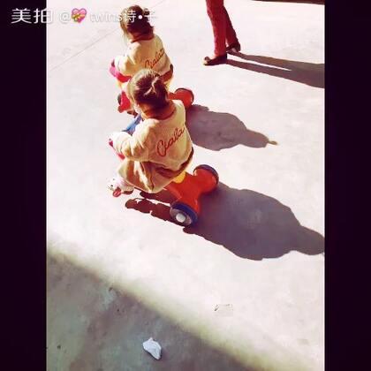 #宝宝##我要上热门#@美拍小助手 🌞,阳光下两个粽球在滚单车😝