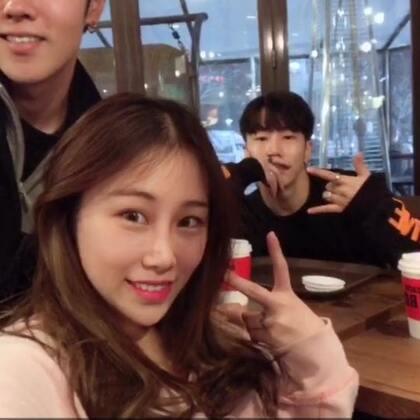 终于❤️跨越大半个地球我们到了韩国见到了熊斌欧巴!!三胞胎又合体啦啊啊啊啊啊啊🤪🤪🤪开心到飞起来❤️等下30分钟后我们三去KTV,好几个月了,终于又能听到欧巴们的现场歌声😎🤩🤩🤩大家不要错过!#音乐##韩国行##中韩情侣#