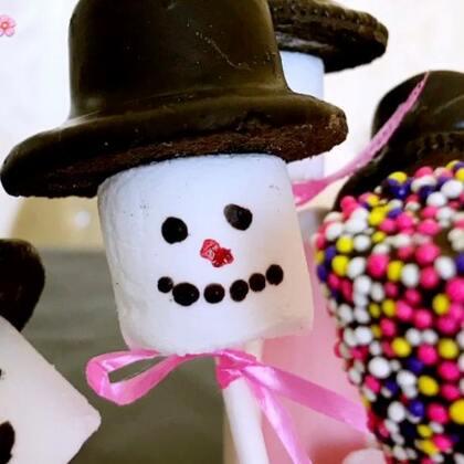✨雪人巧克力棉花棒棒糖😋我这个雪人做出来感觉丑萌丑萌的😂过几天就圣诞了,提前祝宝宝们圣诞快乐😘#圣诞暖心餐##美食##棉花糖棒棒糖#