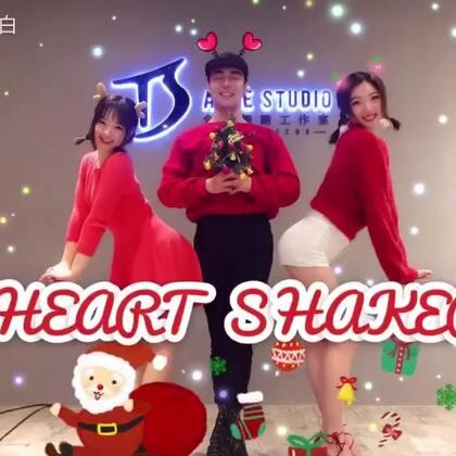 #heart shaker##白小白韩舞教学##圣诞节#Twice《Heart Shaker》🎄舞蹈教学练习室。这是一个有毒的视频,因为只要你点开就会乐个不停!💕在此佳节之际,祝各位宝宝们圣诞快乐!福利🉐我会从点赞转发留言的宝宝们当中抽三名,送出全盛精致水杯一个哟!😘@TS林小C @TS_Yummy @美拍小助手