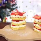 每年圣诞节的时候,除了送平安果,还要与好朋友们分享美食,用烤箱做蛋糕固然美味,但是真的是耗时呀,现在就有一种做法,不用烤箱,也能在圣诞节吃到美味的草莓蛋糕哦!#圣诞暖心餐##美食##甜品#