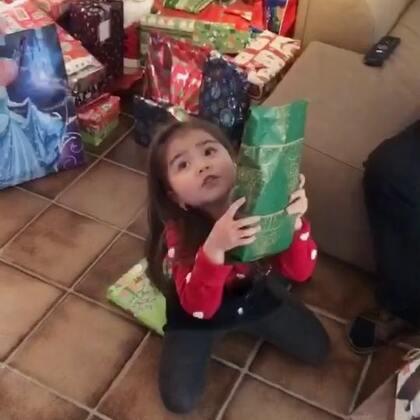 每年孩子们拆礼物都拆到手软,不是几件,而是10几件以上,拆礼物都要拆一个多小时,各种high. 😛😉😘#精选##宝宝##圣诞节#