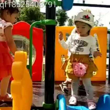 #美拍大师#宝贝!1周岁多、在打滑梯、怕小盆友踢着宝贝外孙女、外孙女说:我快点你漫点、最后还说:你们都漫点、宝贝!好聪明~😘👍🌹😂👏👏