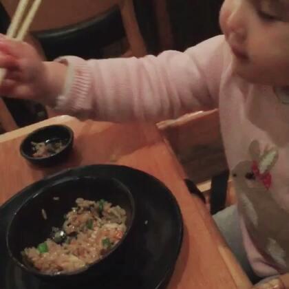 😄😄包子用筷子吃饭,吃米饭哟