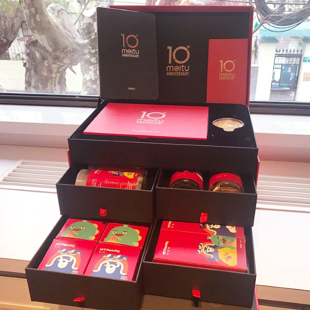 谢谢@美图公司 寄来的新年大礼包🎁美图宝宝10岁快乐 也顺祝各位看阿姨美拍视频的宝宝新娘快乐 2018越来越顺利👣阿姨爱你们哦☺#美图10周年##美图新年礼盒##美图新年大礼包#