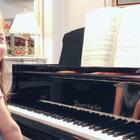 视奏《柴可夫斯基钢琴曲集Op39》里面的《洋娃娃的葬礼》。这套曲子她非常喜欢,老师指导下学了最难的4首,剩余的作为视奏教材。前天视奏了前两行,昨天视奏的后三行,今天合起来成了一首完整的曲子。也许还有错音,不过葬礼的沉重感和悲伤有了。水平有限,大家随便喷。#音乐##钢琴#