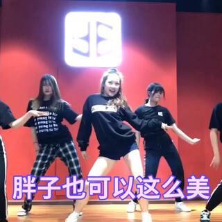 #孝琳blue moon##韩国舞蹈##江油黑盒子舞室#舞蹈没有速成、只能一步步扎实地走下去、看我们胖子团如何演绎女神的舞蹈😂#舞就该这么跳##十万支创意舞##舞蹈##我要上热门#