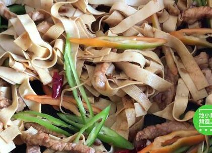 #美食# 豆腐皮别再凉拌着吃了,教你这样做出来,全家人都喜欢吃 💘