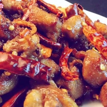 ✨辣子鸡丁😋看起来难度系数超高的一道菜,其实做起来超级简单,而且超美味,麻辣鲜香,小仙女们快学做起来,过元旦的时候小露一手吧😘#美食##元旦家宴菜##辣子鸡丁#