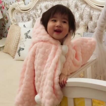 今年冬天给星星买了两个斗篷,一件粉色一件大红,都忘记穿了,给她试穿一下粉红的这件,把她乐的不行😀#宝宝##萌宝宝##日常#@宝宝频道官方账号 @美拍小助手