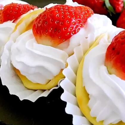 ✨草莓蛋糕卷😋火爆韩国街头甜品自己在家就能做,明天就是元旦了,提前祝宝宝们节日快乐😘【此视频--赞转评】抽三个宝宝送红包😘😘😘#元旦家宴菜##甜品##美食#