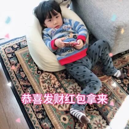 小三三自己换好了袜子准备去奶奶家,哎哟喂!这袜子穿的多有创意呀!😅😅还恭喜发财红包拿来呢!#宝宝##我要上热门##lisaerli日本生活#@宝宝频道官方账号