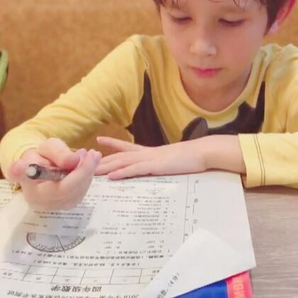 #中英混血兄弟##周二##随手拍# 最后一节活动课,操场上弟弟分享饼干和棒棒糖给同学,放学喊饿,去吃快餐,等餐过程先做作业…😊