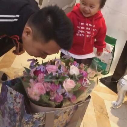 两个小戏精!新年收到的第二份礼物,兰蔻送的🎁花搭配的真真好看,是我见过最漂亮的一束花!#宝宝##馒头和爸爸##馒头19个月#+20