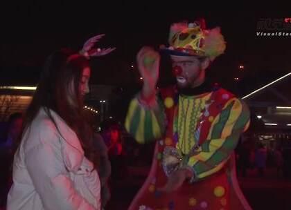 美女主播和小丑牵手转圈圈 后者卖萌撒娇花式求关注#重庆#欢乐谷#圣诞节###