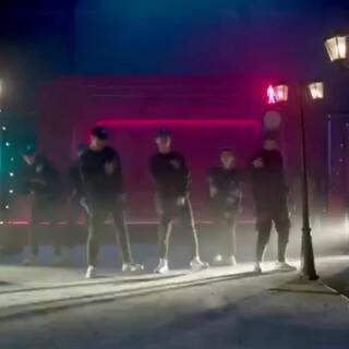 #解锁冬奥冷姿势# 舞蹈里加入了很多冬奥运动项目的经典动作,等你来发掘,模仿视频中的舞步,一起解锁冬奥冷姿势,为中国冬奥健儿加油助威吧!
