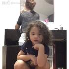 我在修眉,momo自己摆好了Ipad录视频,一边跳舞一边对口型,虽然一句歌词也没长对,气势是有的😂😂😂视频剪辑处是因为她的小短裤太短了,小内内露出来了,所以切掉了。背景音乐 havana #舞蹈##宝宝##mo跳舞#