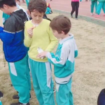 #中英混血兄弟##周五##分享零食#放学了,哥俩拿饼干与同学分享,哥哥一同学买了iPhoneX,给哥哥玩了一会,哥哥说要存钱买😂…
