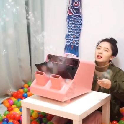 大王挑战用泡泡填满房间啦,真的很梦幻哈哈哈😂😂这个超级无敌霸王泡泡机真的很厉害,被这么多泡泡吓到了🙈🙈2018年的第一个视频来个开门红吧,20万赞交给你们了,评论抽10个小的送泡泡机,加油点赞吧!😘😘