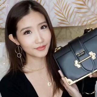 我的第一个奢侈手袋分享!(如果Versace那个不算的话…)2017结束了,决定犒劳自己一个包~😆最终选择了最得我心的Prada Cahier 全黑小牛皮真是难买!所以无比开心!这可是有独特印记一看就知道是我的Cahier 哈哈 心态好则一切都好!😎那你们第一个奢侈手袋是哪个呢?#美妆时尚##奢侈品##购物分享#