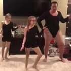 #宝宝##舞蹈#家里这对小姐妹想要表演碧昂斯的《Single Ladies》,但是缺一个舞伴。于是就开始训练爸爸,把爸爸拖进了舞团😂@美拍小助手 喜欢请点赞+转发 更多精彩请关注微博:一起看MV
