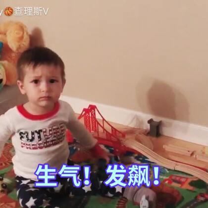 小查理这小脾气!挺霸道啊!托马斯的火车系列玩具是奶奶送给小查理的的圣诞礼物。这下小查理可厉害啦!心想平时碰一下你玩玩具就跟我唧唧歪歪的!现在想碰我的!没门儿😂#小查理发飙啦!##宝宝#