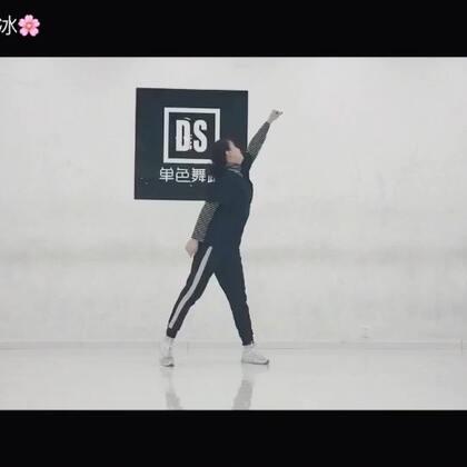 #舞蹈#新年的第一个视频hh 一直都准备录的舞拖到现在才发出来 懒癌没救了🙈音乐👉🏻Company #我要上热门#@美拍小助手 新的一年 我会继续努力给你制作更好的视频 也谢谢你们的支持♥️(编舞 龙菲)