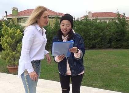 """我在伊斯坦布尔和""""土耳其萨顶顶""""一起合唱,中国歌曲可是很受歪果仁欢迎呢!这位小姐姐是土耳其非常有名的歌手呢!如果你也喜欢话,记得要疯狂给我点赞评论喔😀 #浪漫的土耳其##带着美拍去旅行##我要上热门#@美拍小助手"""