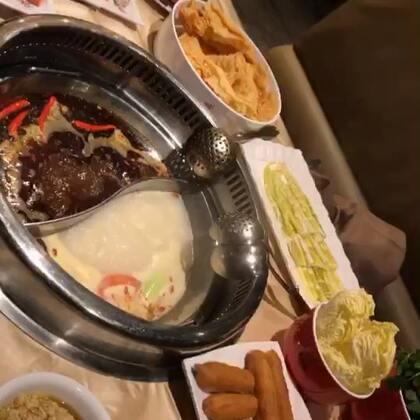#吃秀#太冷了#宵夜#吃个#火锅#🤭然后果不其然吃得停不下来😹撑得呀🤪吃了好多好多好多芝麻酱和花生豆子🤷🏻♀️🤯油条炸腐竹我都喜欢吃煮得软软软的😻嗝~~~😴