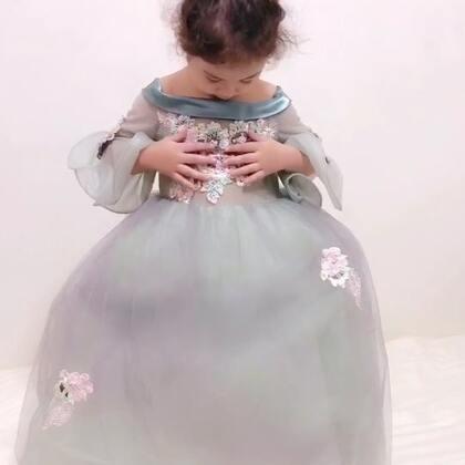 给mo买了条公主裙和头饰 ,准备下个月生日的时候穿的。她开箱的时候并没有很喜欢,因为不是她喜欢的亮晶晶的那种感觉,颜色也不鲜艳。可是穿上身以后,越来越喜欢了哦。你们觉得怎么样啊?😜#臭美mo##宝宝#
