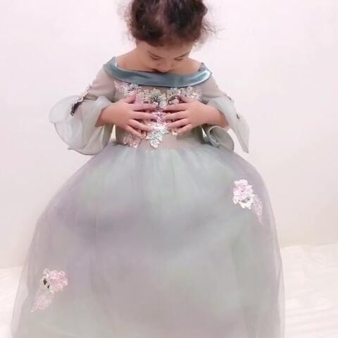 【Amber.C.H美拍】给mo买了条公主裙和头饰 ,准备...