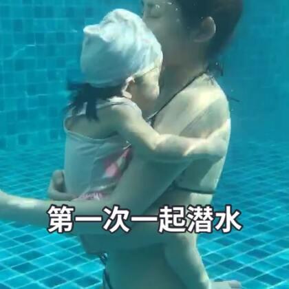 #宝宝##泰国日常##游泳#今天练习踢腿啦~还是自学更快 比学校学的都快 感觉妈妈的陪伴比什么都重要(游泳池的水要注意,选择流动性更换型泳池水,加漂白剂或者是消毒剂的容易伤害到小朋友的眼睛哦)