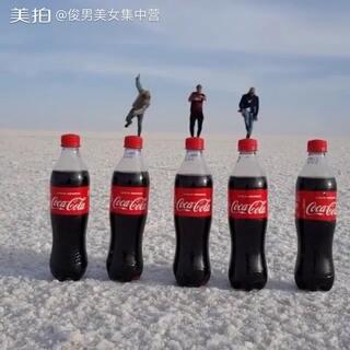 好悬,三个大男人在可乐瓶上跳舞!😮😲 @小冰 #俊男美女乐开怀##跳一跳现实版##视觉错位#